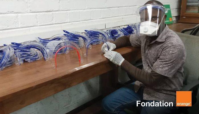 Fabrication des visières de protection contre le COVID 19, fondation Orange Cameroun